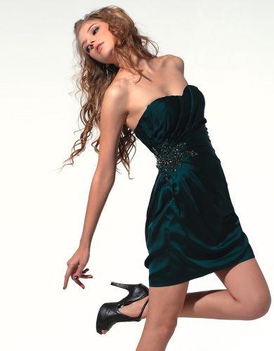 As tendências de moda 2013 indicam que o decote tomara que caia continuará com seu reinado (Foto: Divulgação)