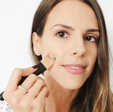 A maquiagem básica para usar na escola pode ser usada também em outras ocasiões que exijam cuidado com a aparência, porém sem excessos de maquiagem (Foto: Divulgação)