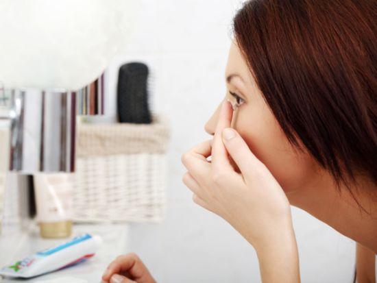 A maquiagem para quem usa lente é normal, somente alguns cuidados específicos devem ser tomados (Foto: Divulgação)