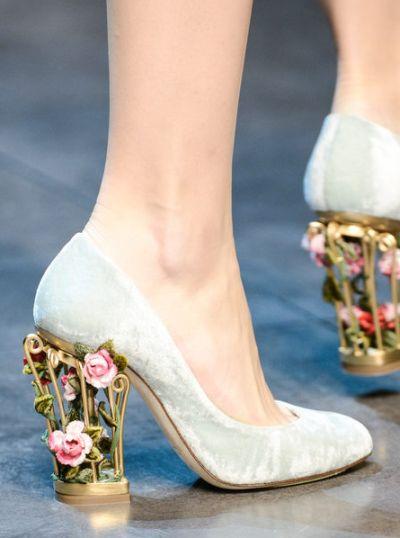 A tendência de moda de sapatos com saltos vazados está bem forte e parece que veio para ficar um bom tempo (Foto: Divulgação)