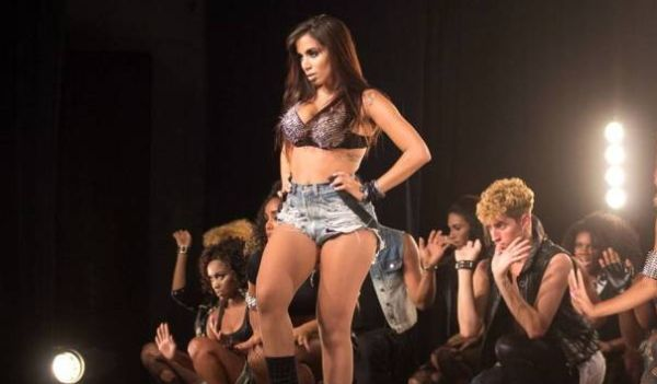 Os shorts da Anitta estão fazendo tanto sucesso entre as mulheres quanto a cantora (Foto: Divulgação)
