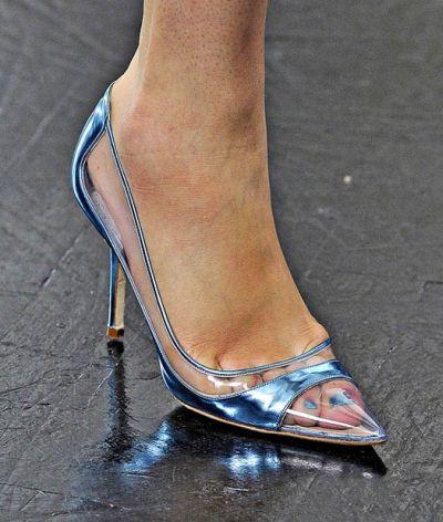A tendência de transparência em sapatos é fortíssima e deixa qualquer mulher muito mais feminina e sensual (Foto: Divulgação)