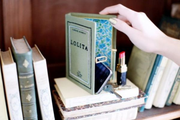 A bolsa em formato de livros para a moda 2014 está ainda mais democrática e eclética (Foto: Divulgação)