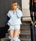 A moda do jeans com buraco bem grande está ganhando a cada dia mais adeptas (Foto: shumeanslove.blogspot.com)