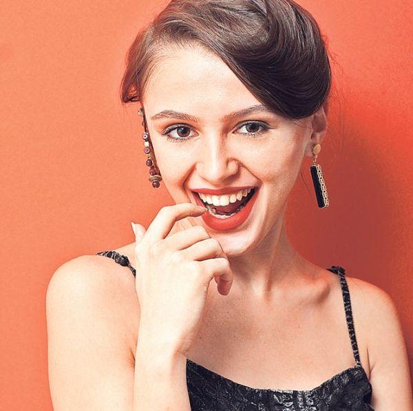 A moda dos brincos descombinados está forte e angariando um grande número de adeptas (Foto: hindustantimes.com)
