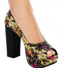 A moda de sapatos floral também está forte neste inverno (Foto: posthaus.com.br) 79,99