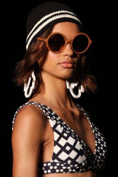 Invista ao menos em um dos muitos e lindos modelos de óculos e acessórios para o verão 2016 (Foto: mulher.uol.com.br)