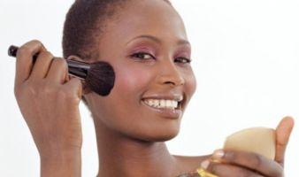 Como Preparar a Pele Negra para a Maquiagem