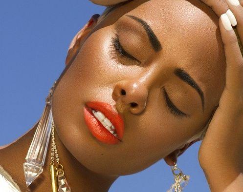 É possível manter a maquiagem no calor, para isso basta seguir algumas dicas infalíveis (Foto: Divulgação)