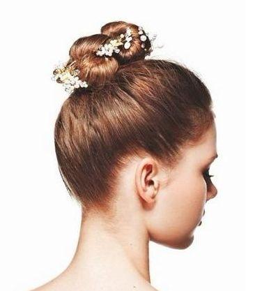 As joias para usar no cabelo são os acessórios preferidos das mais antenadas com a moda para sofisticar o visual (Foto: Divulgação)