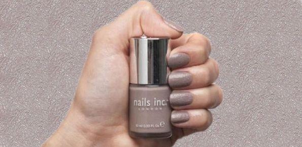 A tendência de unhas de concreto deixará suas mãos com visual renovado, porém sem ser muito ostensivo (Foto: Divulgação)