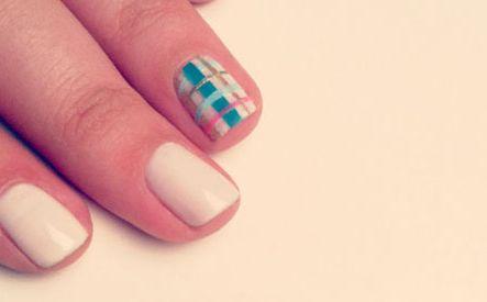 As unhas xadrez bem coloridas serão o hit do verão 2013 (Foto: Divulgação)