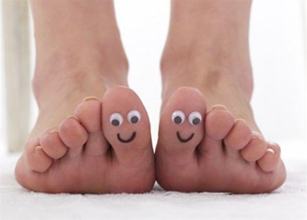 Seguir simples dicas e cuidados com os pés durante o carnaval garante dias de folia mais confortáveis (Foto: Divulgação)
