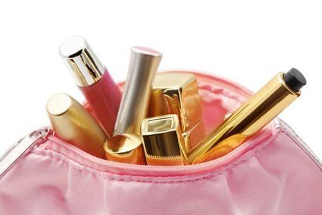 Tenha pelo menos um kit básico de maquiagem para realçar sua beleza (Foto: Divulgação)