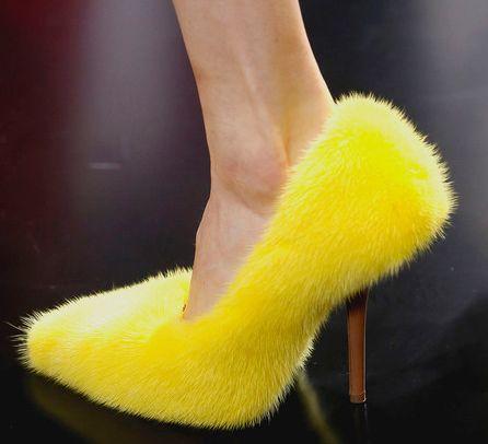 Os polêmicos sapatos de pelúcia dividirão opiniões no mundo fashion (Foto: Divulgação)