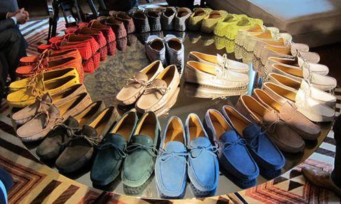 Os sapatos masculinos coloridos são o hit da temporada (Foto: Divulgação)