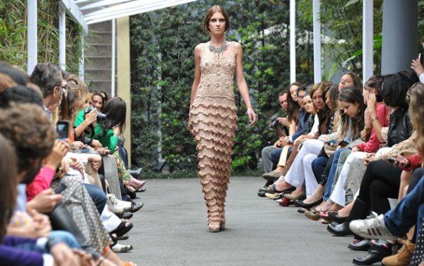 Atualmente há vários modelos de vestidos de festa artesanal, basta escolher o mais condizente com sua personalidade (Foto: Divulgação)