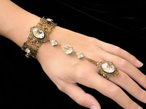 A moda da pulseira escrava promete virar hit rapidamente e conquistar um grande número de adeptas (Foto: Divulgação)