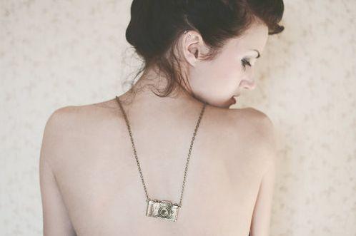 A moda de colar que cai nas costas promete continuar por mais um bom tempo (Foto: Divulgação)