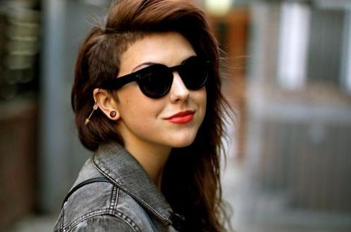 Mas só invista no sidecut hair se você tiver atitude e personalidade, pois se você se arrepender terá que esperar bastante até ter os fios bem compridos (Foto: Divulgação)
