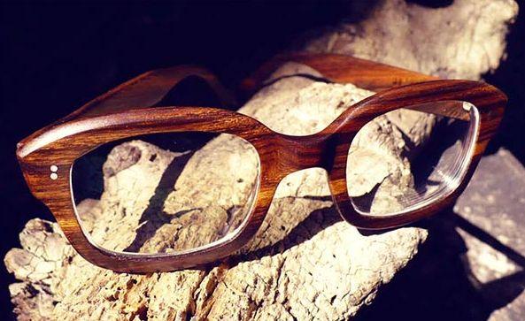 A tendência de óculos de madeira promete virar hit (Foto: Divulgação)