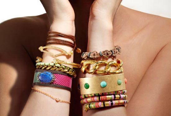 Usar mix de pulseiras garante ao seu look um toque mais do que especial (Foto: Divulgação)