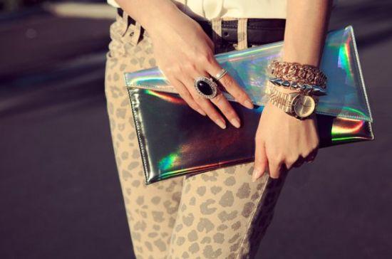 A tendência de moda das peças holográficas chegou com força total e em vários estilos de peças (Foto: Divulgação)