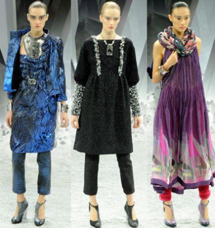 A moda de vestido com calça é forte e você pode até alongar e afinar a sua silhueta, caso escolha as duas peças da mesma cor escura (Foto: Divulgação)