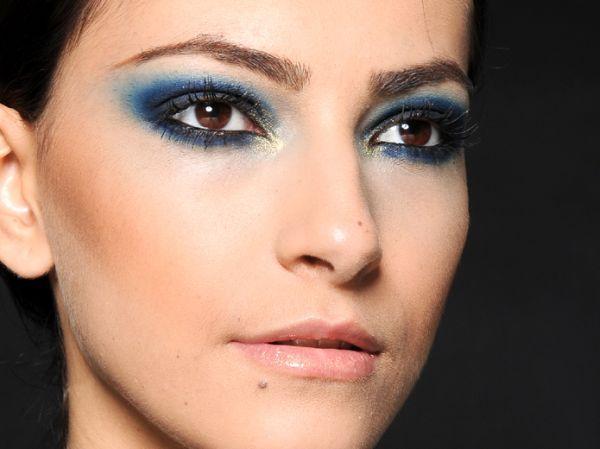 Esfumaçar olhos com sombra azul deixará seu visual mais moderninho (Foto: Divulgação)