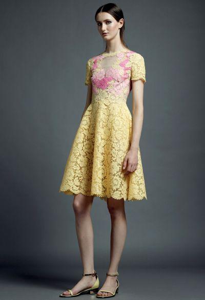 Os vestidos delicados com renda estão ainda mais charmosos nesta temporada (Foto: Divulgação)