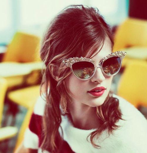 Os óculos de gatinho para o verão 2014 é fortíssima tendência promete virar hit novamente, assim como foi na década de 60 (Foto: Divulgação)