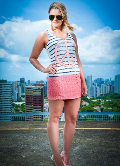 A saia com textura é uma fortíssima tendência de moda que pode ser explorada de várias maneiras (Foto: Divulgação)