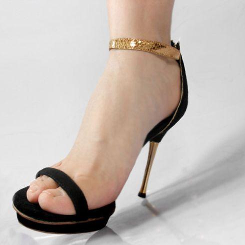 A tendência de ankle strap, sapatos tornozeleira, é fortíssima e promete virar hit no verão 2014 (Foto: Divulgação)