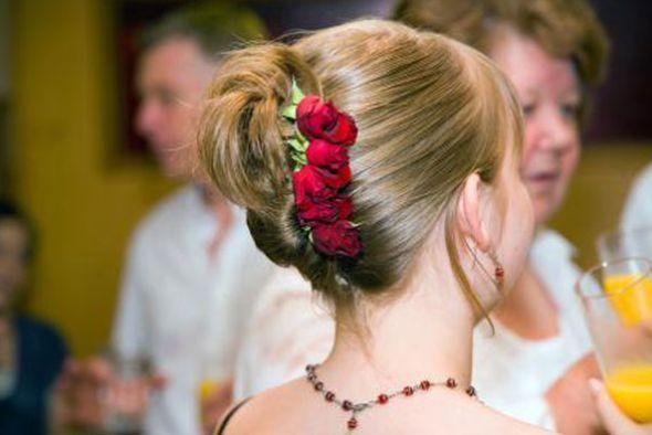 A moda de flores no cabelo está bem democrática e você com certeza encontrará um estilo de flor condizente com sua personalidade (Foto: Divulgação)