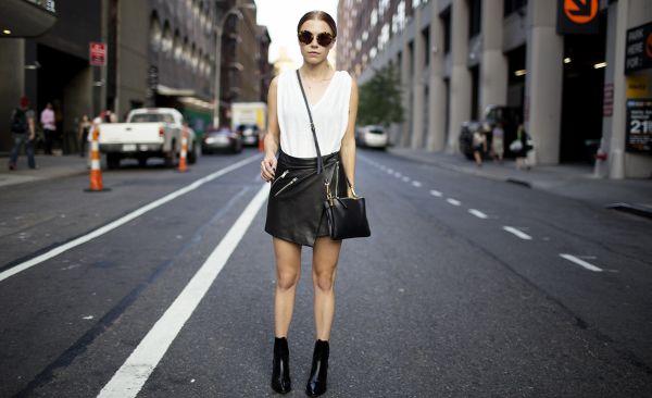 A saia de couro pode tornar-se peça-curinga no armário feminino se escolhido o modelo ideal de saia para cada tipo físico (Foto: Divulgação)