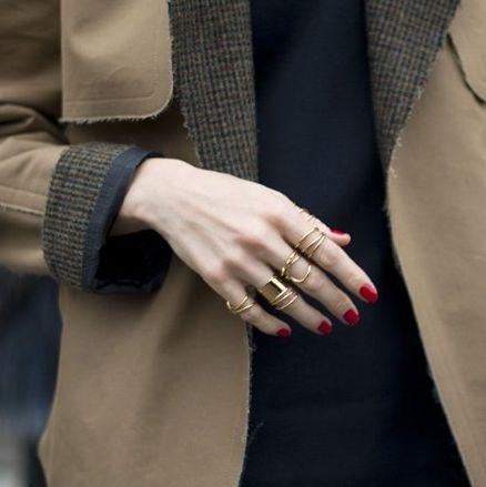 A tendência de moda dos microanéis é forte e deixa qualquer visual, mesmo os mais simples, muito mais interessante (Foto: Divulgação)