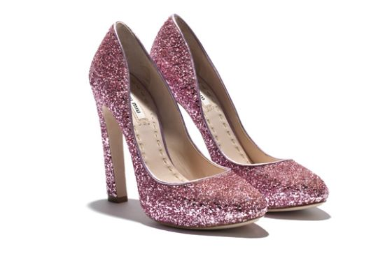 A tendência de moda dos sapatos com brilho é forte e perfeita para quem quer dar destaque aos pés no próximo verão (Foto: Divulgação)