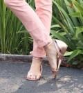 As sandálias coloridas e metalizadas moda 2014 chegam para deixar as mulheres enlouquecidas para ter um modelo nesta temporada fashion (Foto: Divulgação)