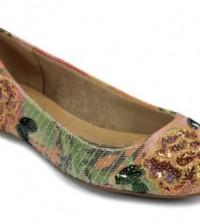Para não errar na moda de paetês em bolsas e sapatos basta optar por complementos certeiros (Foto: constance.com.br) 89,99
