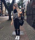 Usar mochila no look deixa o visual mais jovem (Foto: pinterest.com)